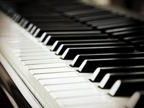 Beginner piano instructor