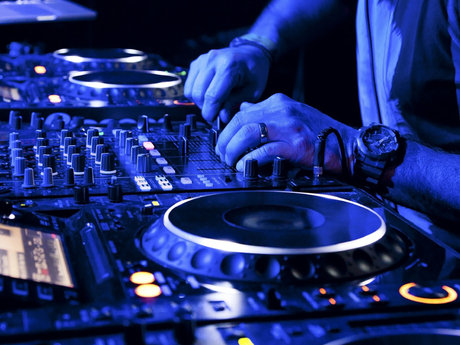Sinjo (DJ w/equipment)